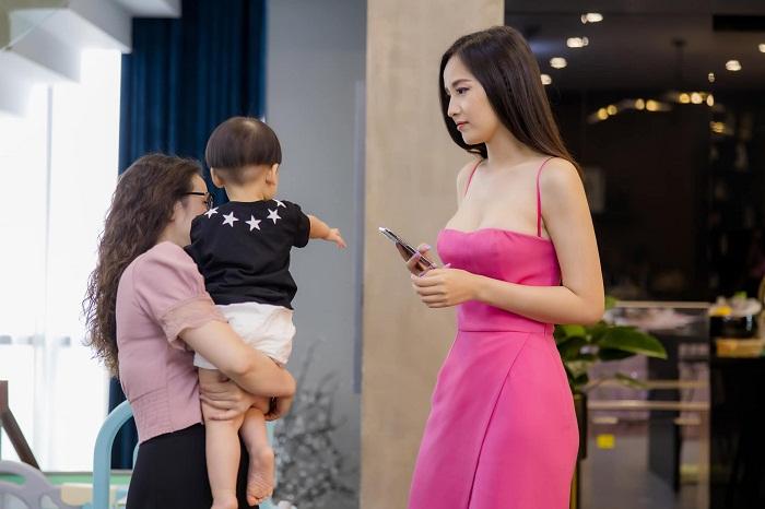Tin sao Việt: Quý tử nhà Tú Anh gây sốt với ảnh gặp hai bà ngoại
